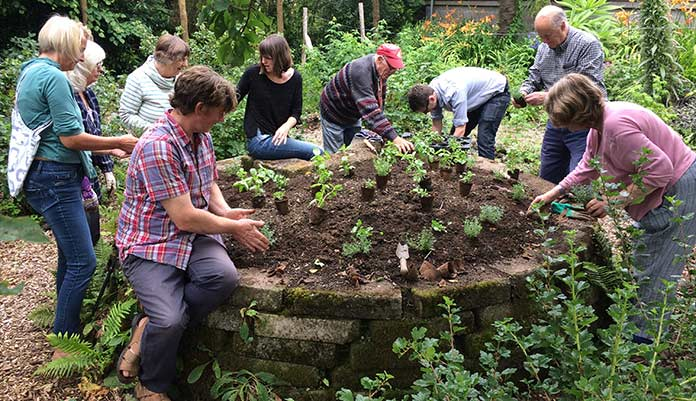 group-gardening-696l